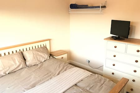 Large Dbl: short walk to station and town centre. - Chippenham - Hus