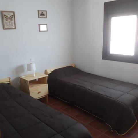 Dormitorio amplio con armario empotrado grande