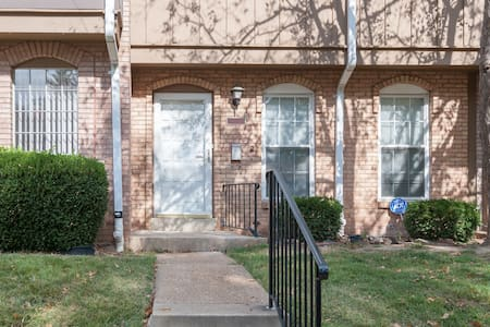 Beautiful Townhouse in Hazelwood! - Hazelwood