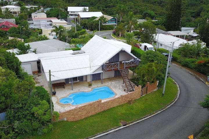 Bas de villa avec piscine.