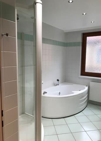 Badezimmer - Badewanne / Bathroom - Bathtub