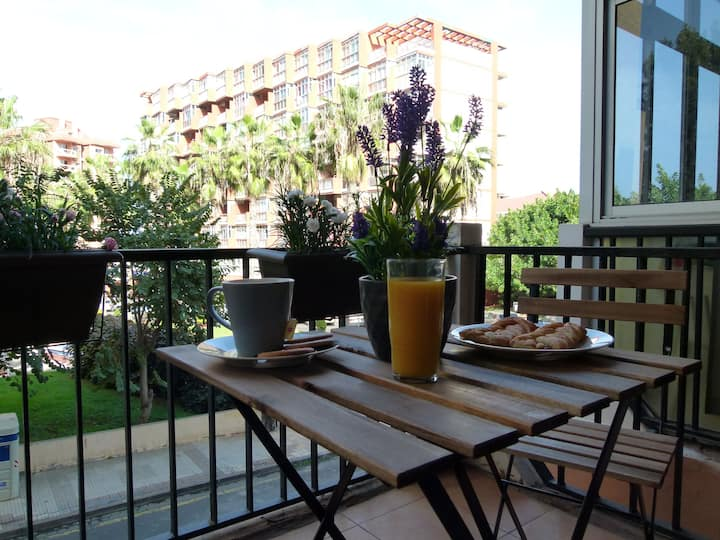 Centric studio with cute terrace and pool (wifi)