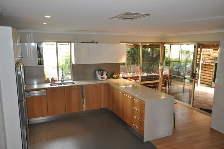 FREMANTLE, BEACHES & RIVER LOCATION - Bicton - House