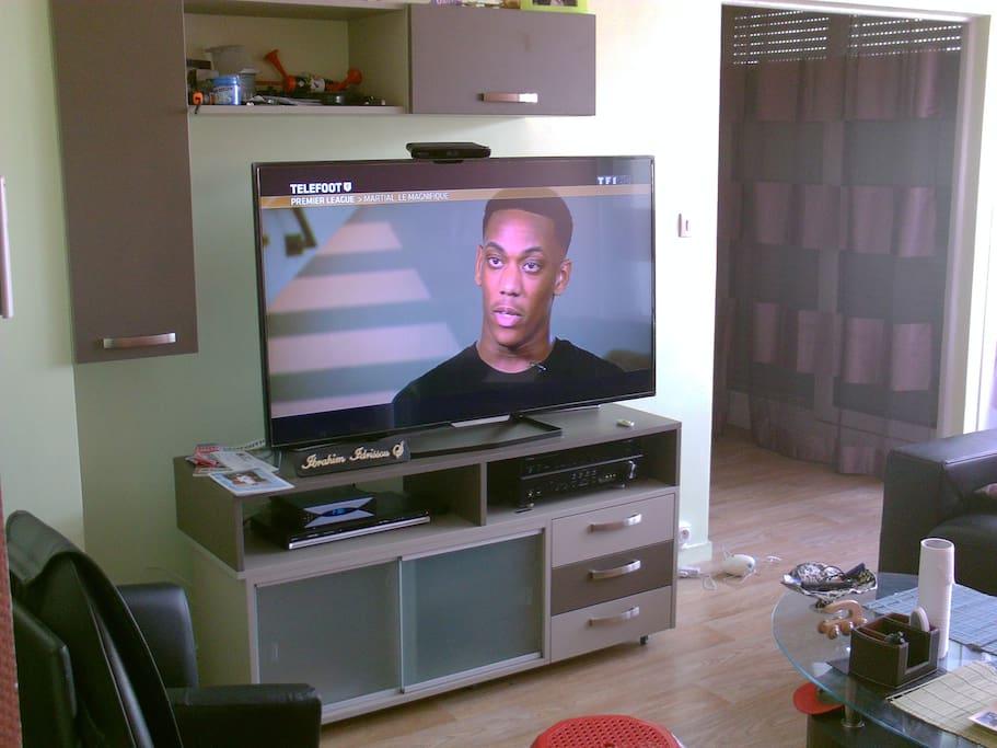 MEUBLE TV AVEC TV 150 POUCE