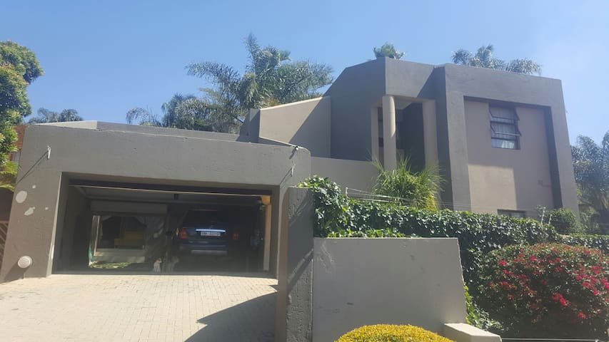 Lovely home in Little Falls - Roodepoort - Dom