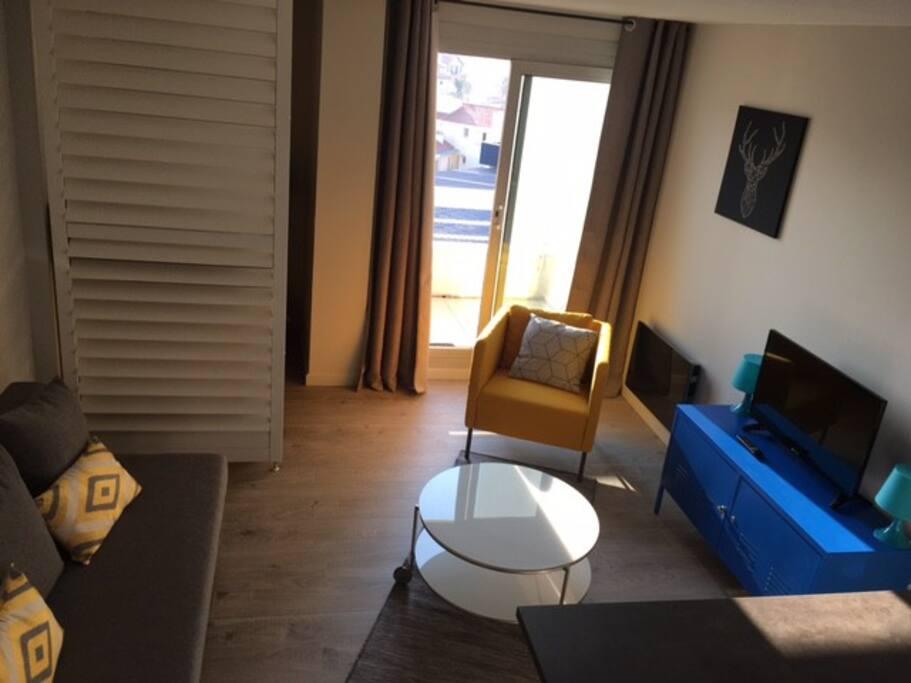 Coin salon avec terrasse ensoleillée