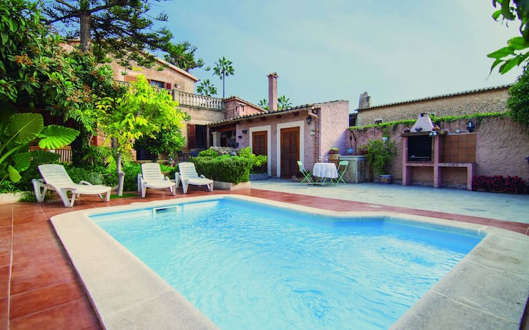 Large Mallorcan house with pool and private garden