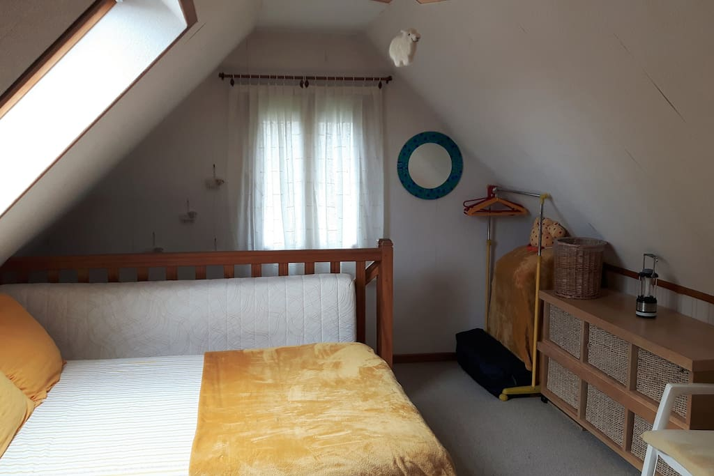 Dezelfde slaapkamer vanuit een andere hoek.
