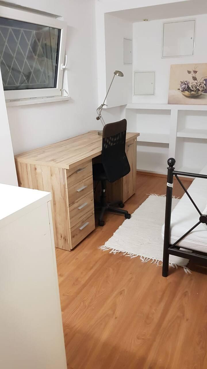 Möbiliertes Zimmer in zentraler Umgebung