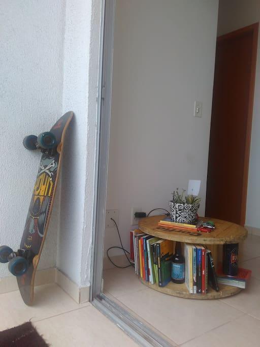 Tem skate long board e se você quiser eu até te empresto pra dar um rolé na praia! Sou gente boa ;) Tem livros também...