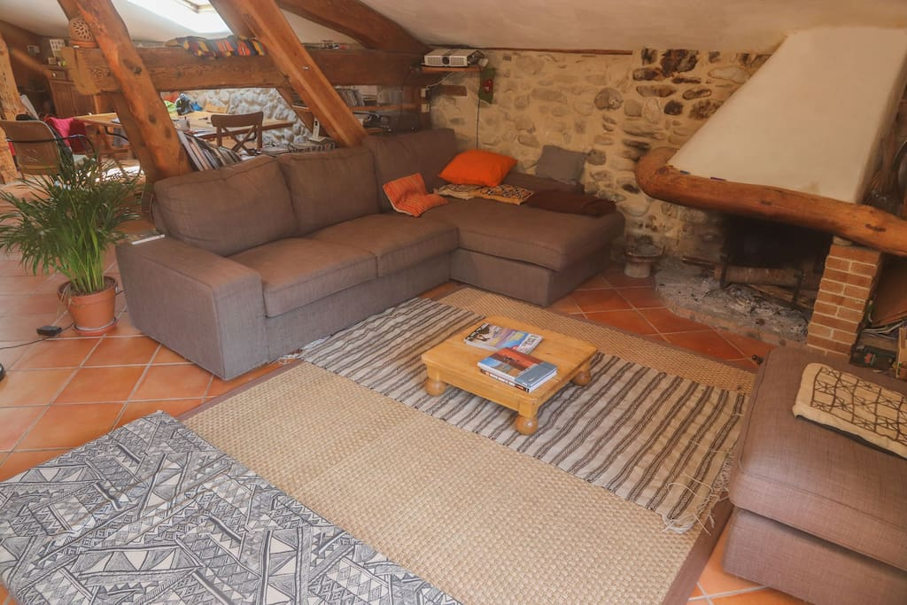 Le salon / coin cheminée