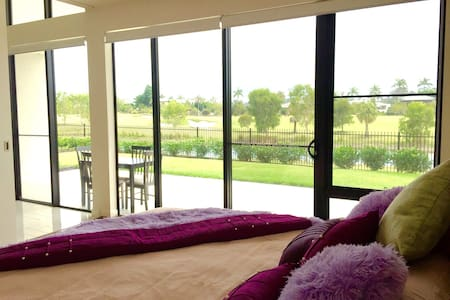 Stylish Room on the Golf Course! - Sanctuary cove