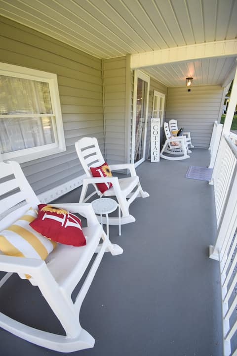 Serenity Cottage: Scenic views and peaceful space.