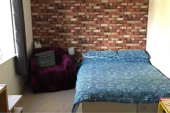 Spacious room w/kettle + tea&coffee - High Wycombe