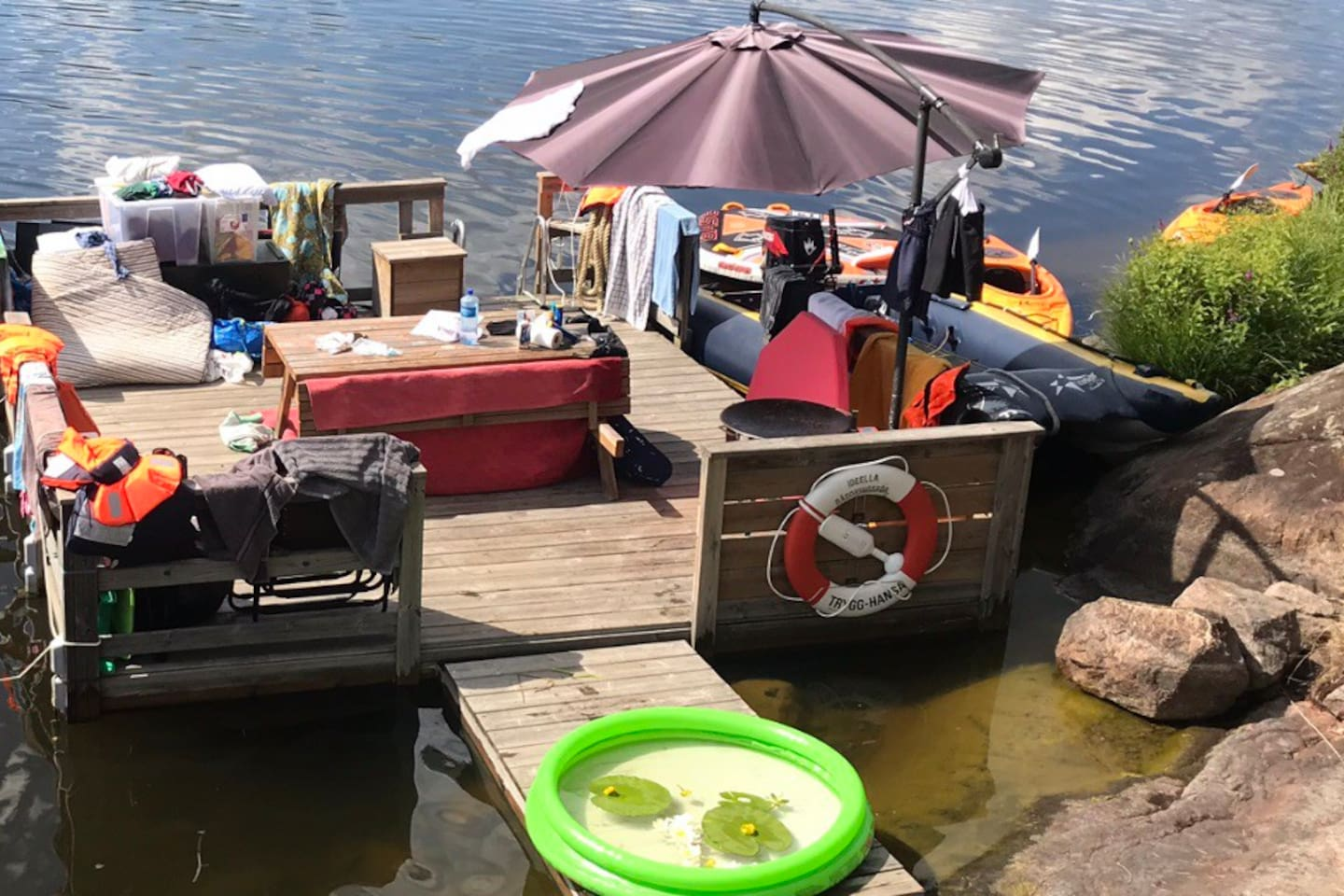 Motorized raft + 3 kayaks included in rent. 100m to lake