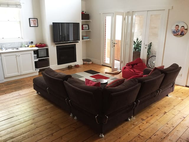 Peaceful, homely, family size house in Melbourne