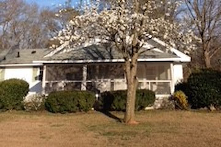 Old Farm House -  Only 10 minutes from Downtown Athens, GA!