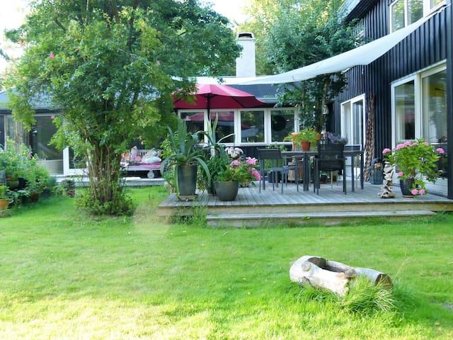Modern new built wooden house in forest-like area. - Frederiksværk - Rumah