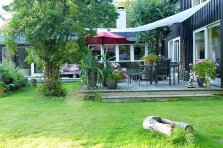 Modern new built wooden house in forest-like area. - Frederiksværk - Haus