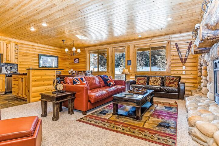 Sleek mountain view condo w/ private hot tub, AC, & heated outdoor pool