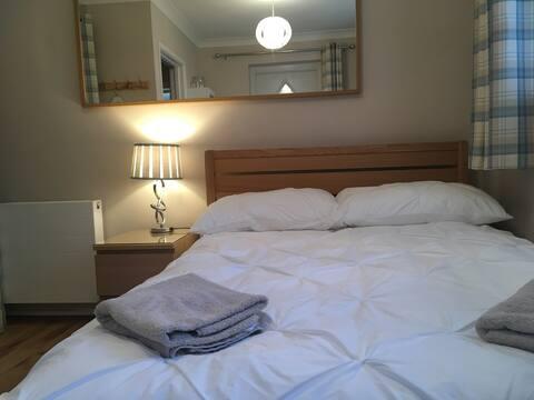 Private Double Bedroom, en-suite & light breakfast