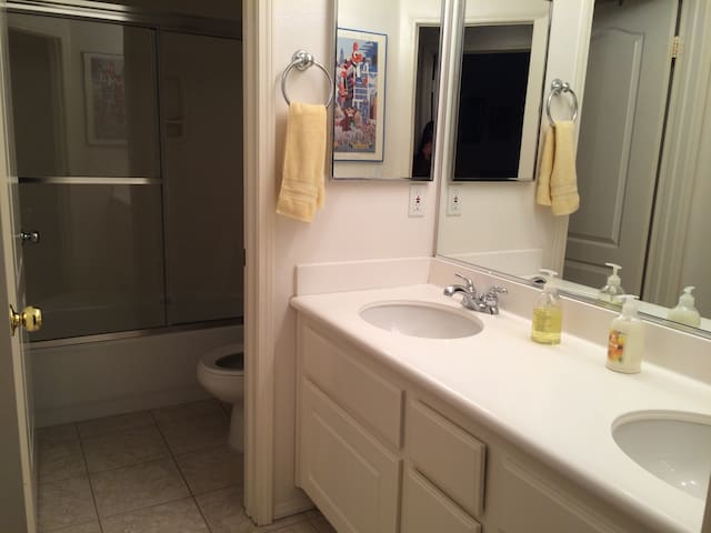 Suburban Private Room/Shared bath - Simi Valley - House