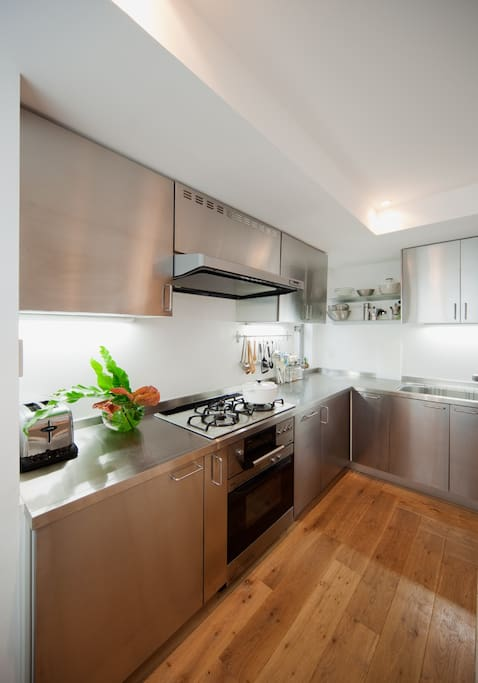 Kitchen: gas stove and gas oven for professional, also has a wealth of cookware.