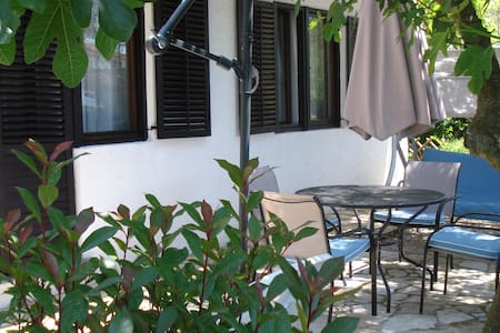 Private entrance and garden - 4 people