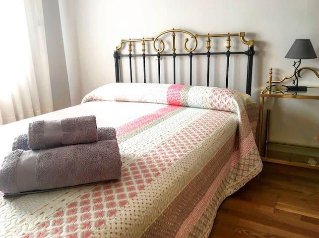 Habitación doble sencilla y cómoda.