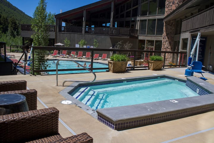 Hot Tub. FREE Shuttle. Great Location. Western Suite with Balcony!
