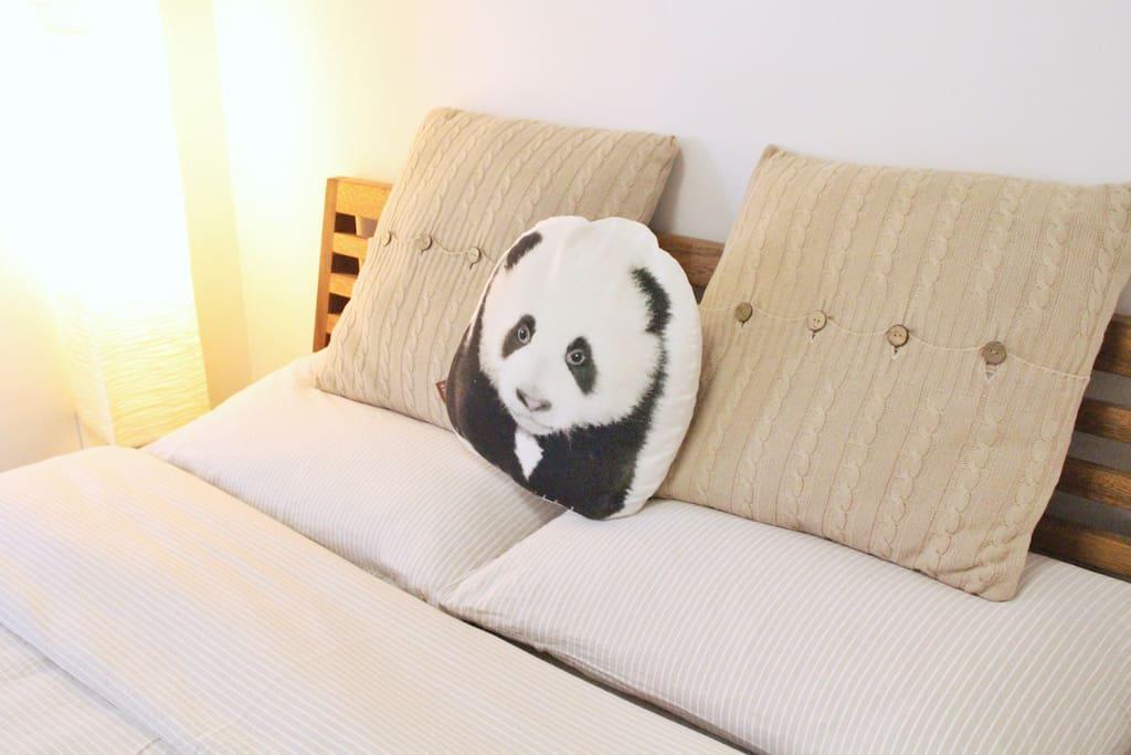 [房间内/Your room]    床边的暖光落地灯方便您的夜读习惯。