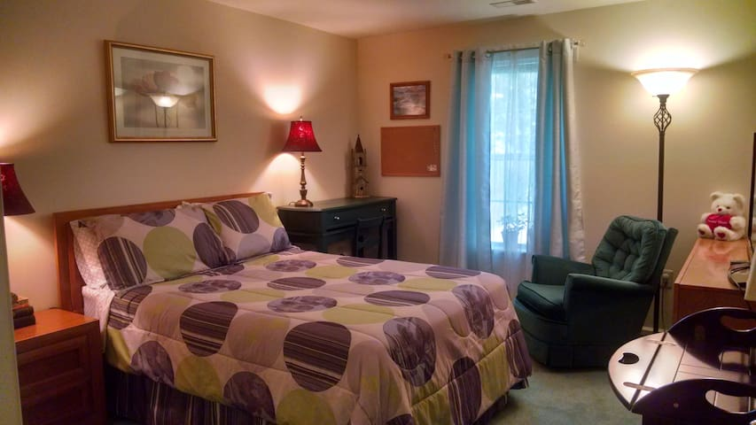 Comfortable quiet room near D.C. Metro Redline