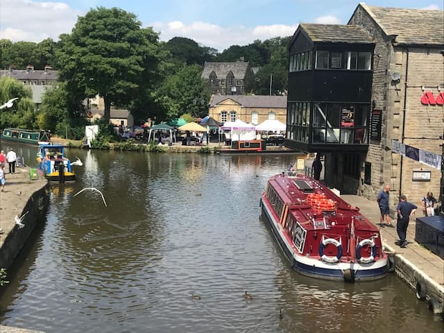 Barge View Central townhouse & parking  Skipton