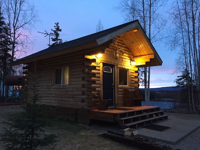 "Private Alaskan log ""Tiny Home"" w Loft Room"