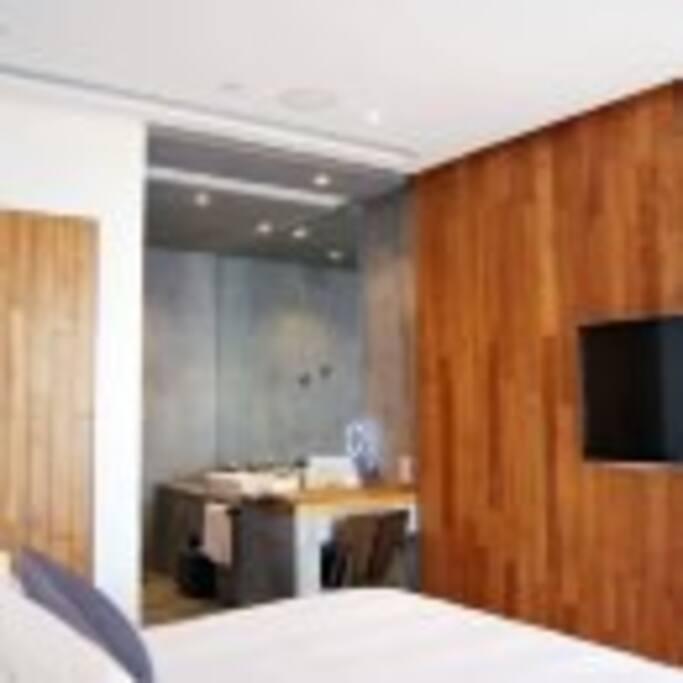 此房型有两张户型,一种带户外浴缸和阳台,室内面积小(此户型只有两间需要致电酒店提前预约此户型)。一种没有阳台,浴缸在室内(无需预约)。