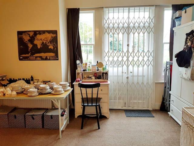Cosy & spacious basement flat with big garden