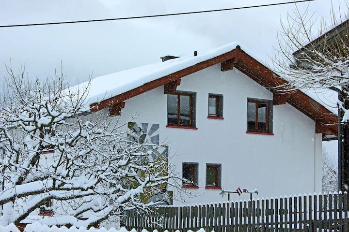 Espaciosa casa de vacaciones en Kappl con terraza