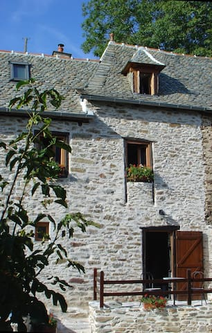 Beautiful stone cottage close to River Lot - Vieillevie - Huis