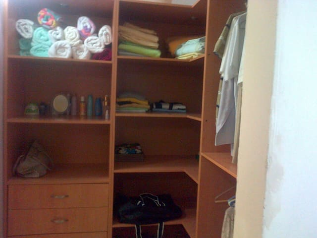 Main bedroom wall-in wardrobe