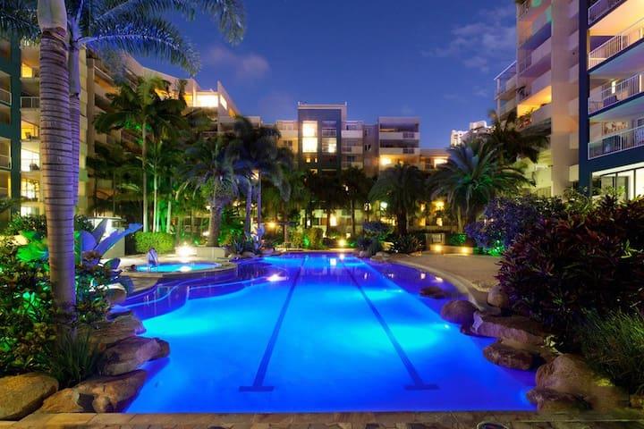 Tropical Resort  APT -2 CAR SPACES- FOOSBALL TABLE
