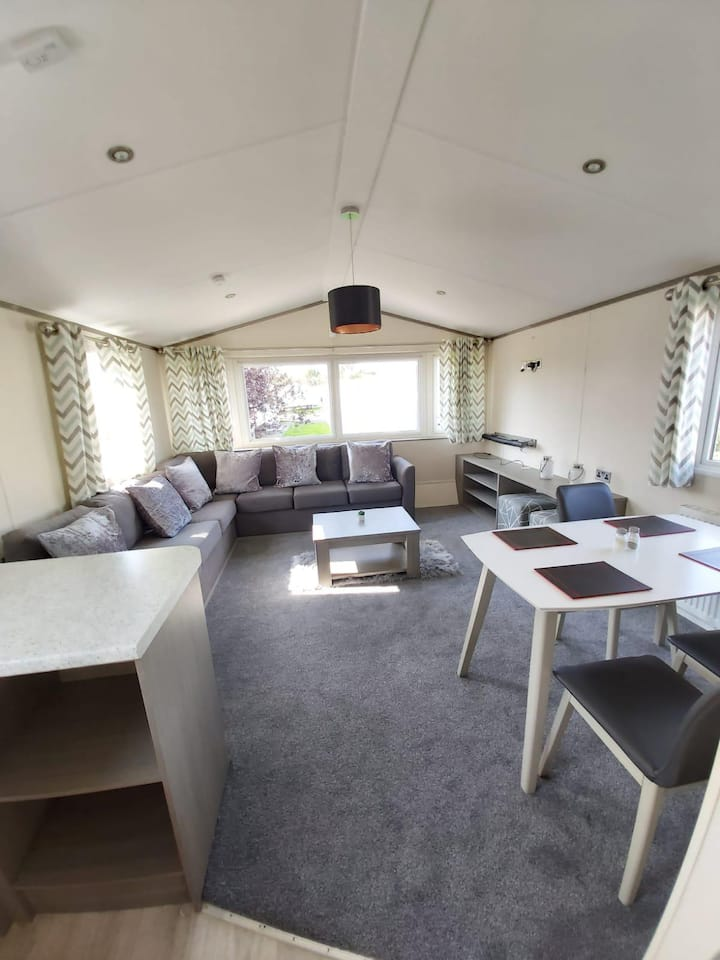Beautiful caravan for hire at Southview Holiday park near Skegness ref 33101V