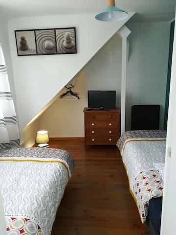 2eme chambre cosy à l étage 2 lits 90x200. Tv dans la chambre et WC séparé. Rangement.