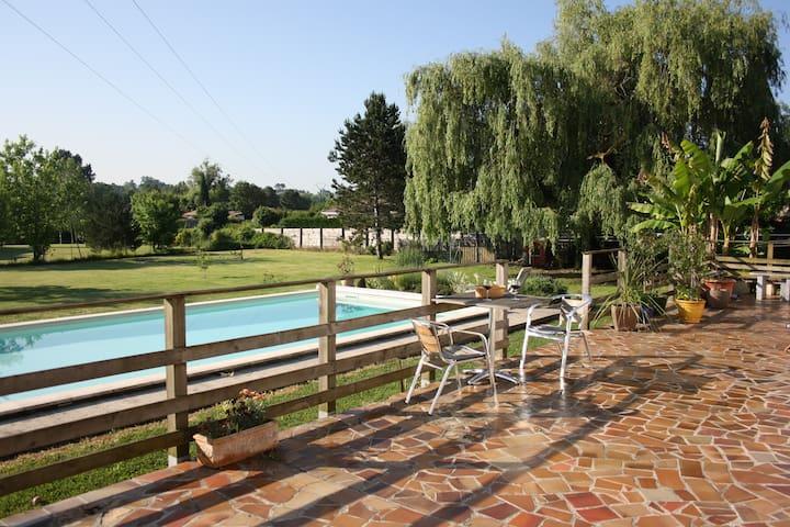 Chambre calme donnant sur piscine, SBD privée - La Brède - Dům