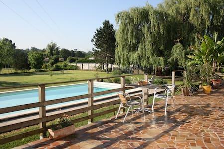 Chambre calme donnant sur piscine, SBD privée - La Brède - บ้าน