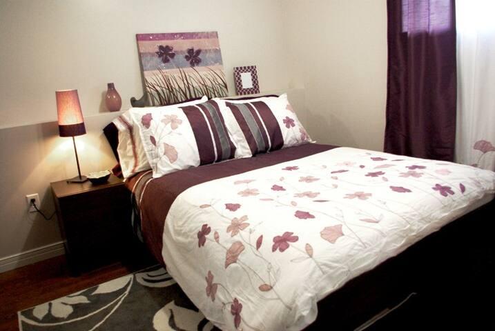 Chambre au sous-sol avec lit double