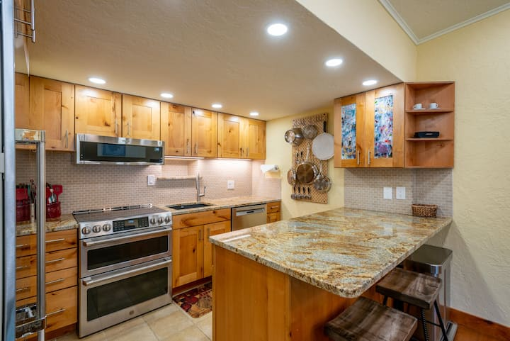 Spacious, high end condo that sleeps 8 in Copper Mountain's Center Village, f