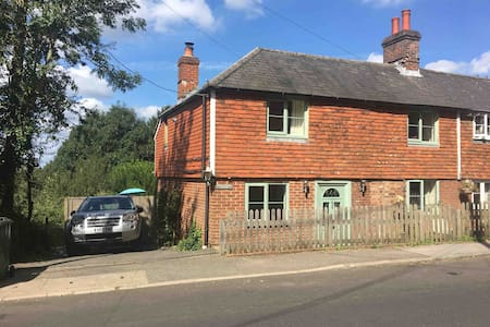 Lower Hillside Cottage in Beautiful Burwash