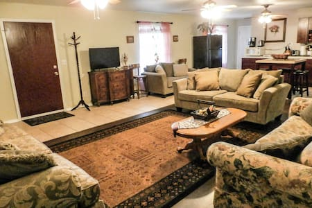 HUGE CHARMING DOWNSTAIRS UNIT CLOSE TO EVERYTHING - Oakhurst - Pis