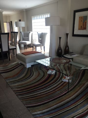 Luxurious 2 bedroom Apartment - Germiston - Apartamento
