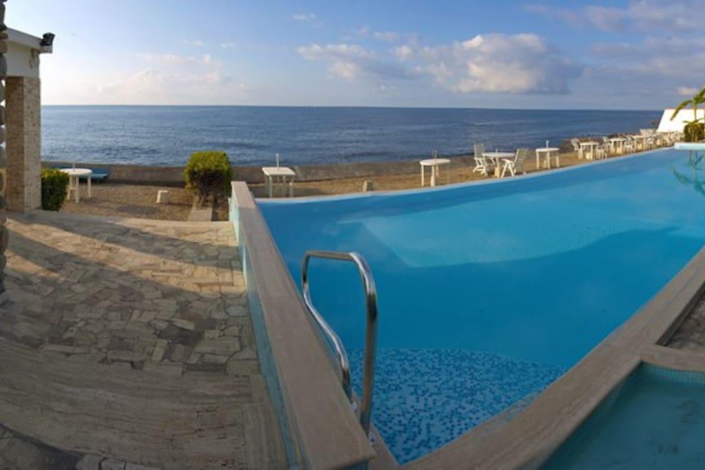 Vista mare dalla piscina condominiale (con cabina privata)